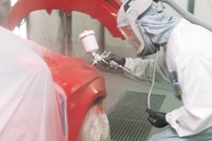 Lackskador - Lackering av plåtskada på bil